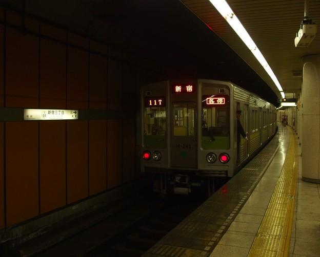 都営新宿線新宿三丁目駅1番線 都営10-240F各停新宿行き停止位置よし