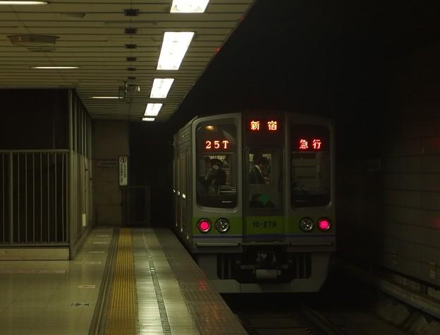 京王新線初台駅2番線 都営10-270F急行新線新宿行き後方よし