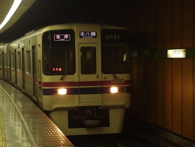 都営新宿線新宿三丁目駅2番線 京王9041各停本八幡行き進入