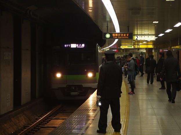 都営新宿線曙橋駅2番線 都営10-500F各停本八幡行き進入