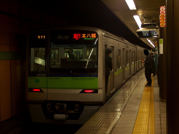 Photos: 都営新宿線森下駅2番線 都営10-320F急行本八幡行き停止位置よし