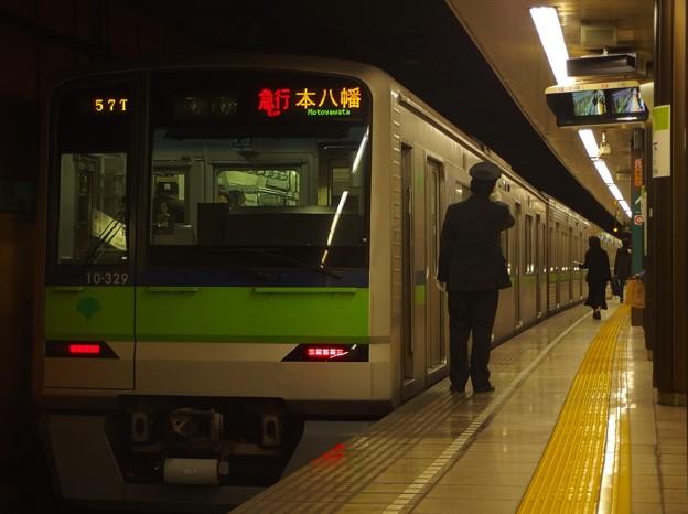Photos: 都営新宿線森下駅2番線 都営10-320F急行本八幡行き側面よし