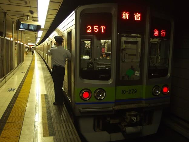 京王新線初台駅2番線 都営10-270F急行新線新宿行き側面よし