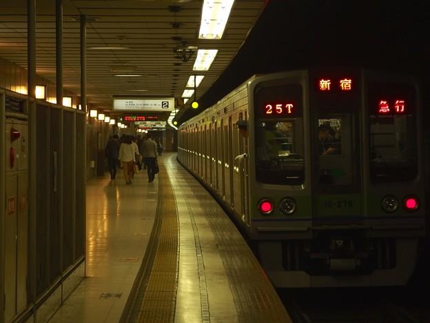 京王新線初台駅2番線 都営10-270F急行新線新宿行き前方確認