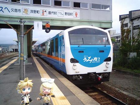 久慈駅に到着、急いで「リゾートうみねこ」に乗り換えだ(><;) レン...