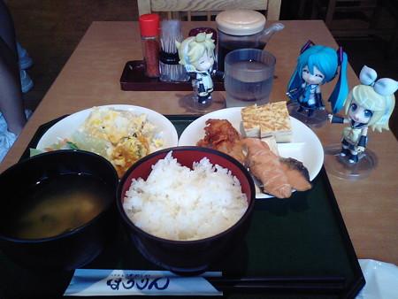朝食は、八戸駅ナカの食堂の朝バイキングです♪