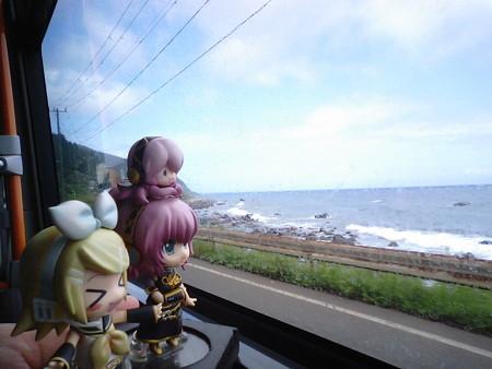 上川尻付近。 リン:「海の色が青くなってきた!」 ルカ:「きっと岬...