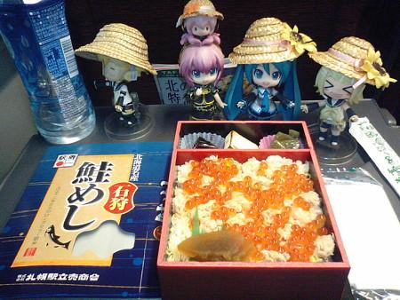 朝食は、札幌駅に寄ったら必ず買い求めてる、「石狩鮭めし」です♪ ...