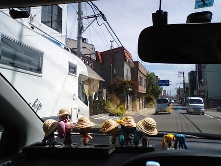 羅臼町市街に入りました。ここの角のコンビニにて昼食調達。