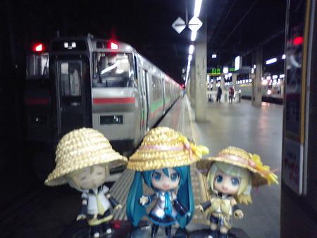 ミク:「札幌駅に無事到着でぇす♪」 リン:「お疲れちゃま! 今日は...