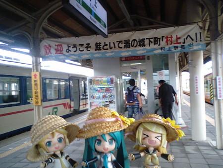 村上駅に到着。40分の連絡で、次は新潟行きです。 リン:「よーし...