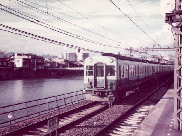 鴨川堤防を走る京阪電車