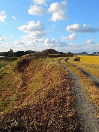 古墳横の道