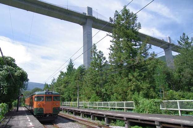 s3928_川原湯温泉駅ホームと工事中の湖上橋