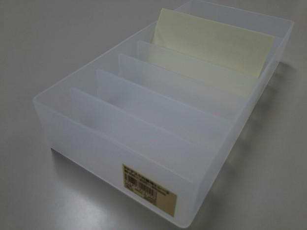 写真: 無印良品の「PPデスク内整理トレー2」+仕切り板6枚購入!名刺の幅に丁度いいので、仮置き場所に最適?