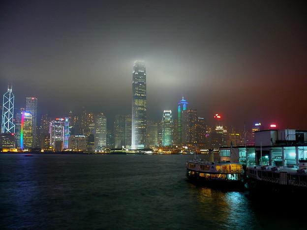夜霧に霞む香港島