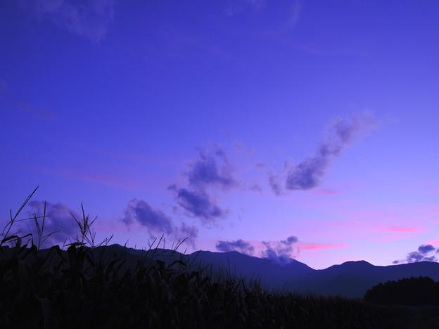 ブルーアワーの山並み