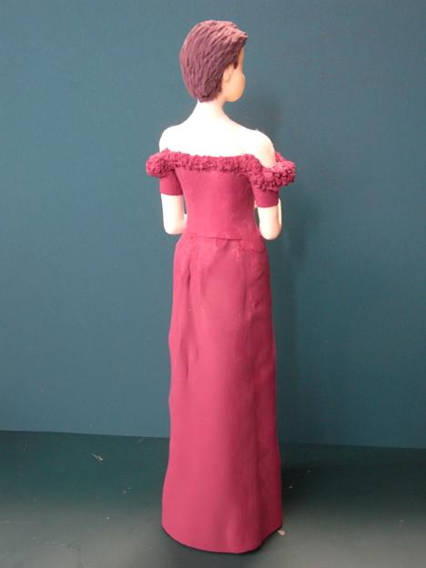 ばら色ドレスの人形胸飾り