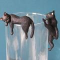 写真: 縁ネコはコップの方が納まりが良い