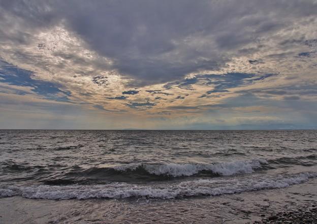 鉛色の海に降り注ぐ光芒