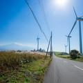 写真: 風車の中を駆け抜ける