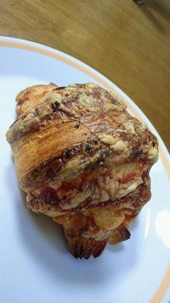 写真: 先日食べてお気に入りになった、チーズとハムが入ったクロワッサン。...