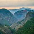 写真: 渓谷に掛かる大橋