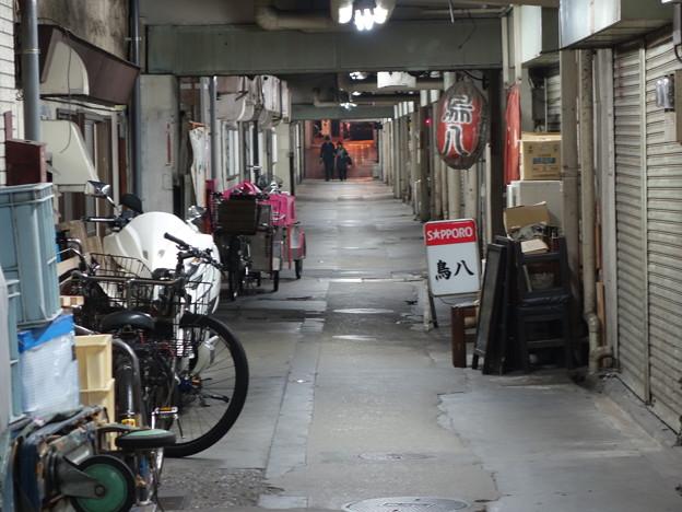 新橋方面近道の JR ガード下 (千代田区有楽町)