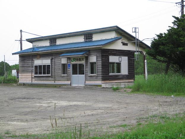 糸魚沢駅。のある板張りの木造駅舎。