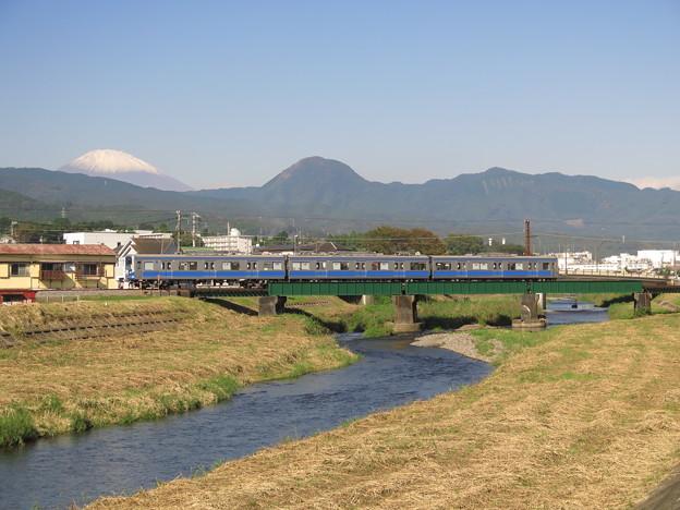 富士山初冠雪 @伊豆箱根鉄道大雄山線 塚原~和田河原