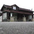 富山地方鉄道本線、浜加積駅の駅舎。 風雪に耐えること幾年月。