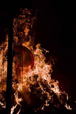 160115焼かれるダルマ09
