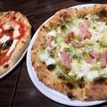 Photos: ピザ マルゲリータ ベーコンと大葉ソースのピザ