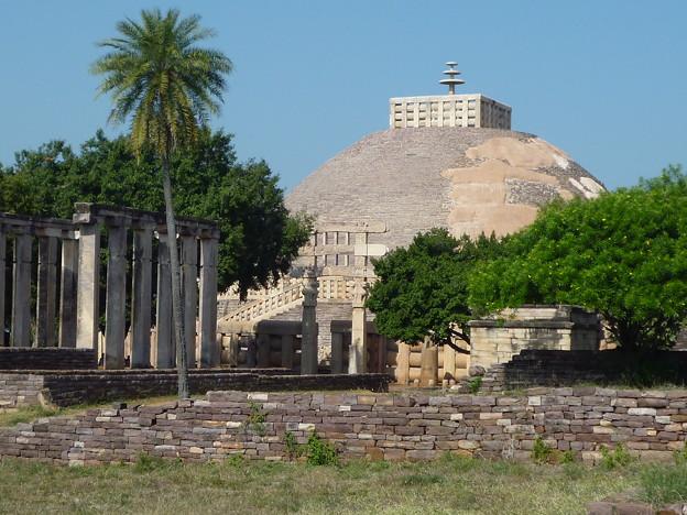 第1塔と南塔門遠景~サーンチ ーPerspective of Stupa No. 1 & Torana