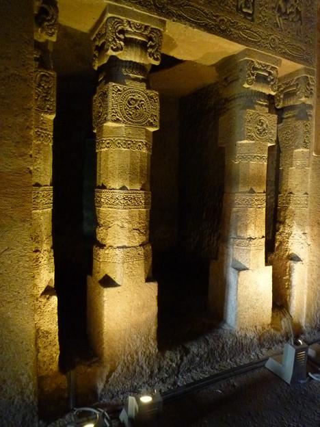 アジャンター列柱の浮彫 Columns with fine carvings,Ajanta