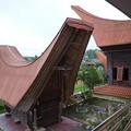 舟形屋根の向こうは田んぼ、タナ・トラジャTongkonan:Traditional House