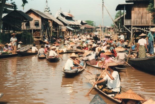 インレー湖水上マーケット、ミャンマー Floating market,Inle Lake  ・売る者も買うも笹舟を漕ぎ寄せてひしめく中に入りゆかんとす