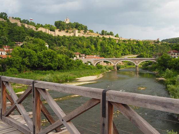 ヤントラ川の橋とツァレヴェツの丘 Tsarevets Fortress beyond bridges