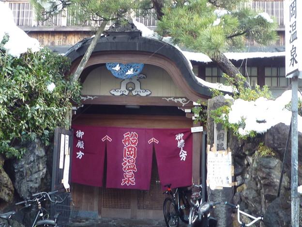 写真: 文化財の船岡温泉雪景色Funaoka Onsen Public Bath in snow*雪道を行きなずみつつ冷え切りし身は船岡の湯を恋にけり