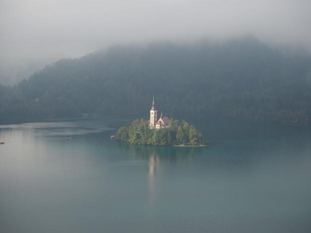 霧に抱かれるブレッド湖 Lake Bled in the mist