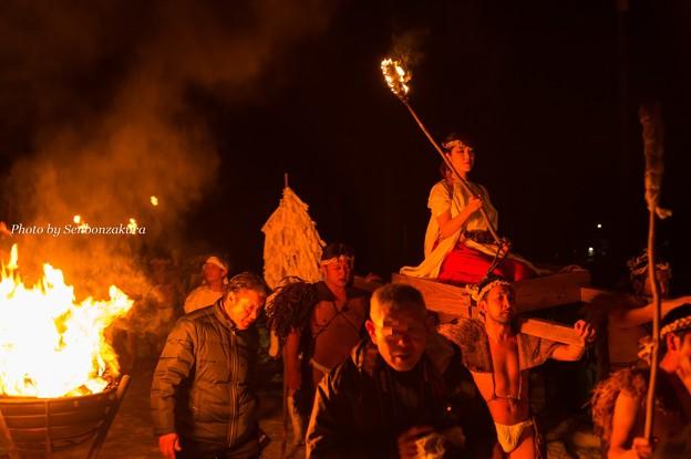 巫女とかがり火