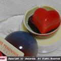 写真: 球体の中にチョコ2つ
