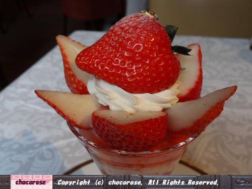 写真: 外は真っ赤、中は真っ白な苺