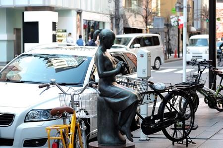 2015.12.04 銀座 花椿通りの街路樹は椿 はな 少女像