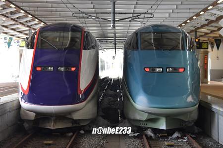 左:E3系 L55編成 / 右:E3系-700 R18編成