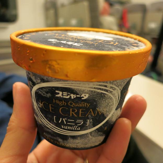 やまびこ220号でバニラアイスクリーム