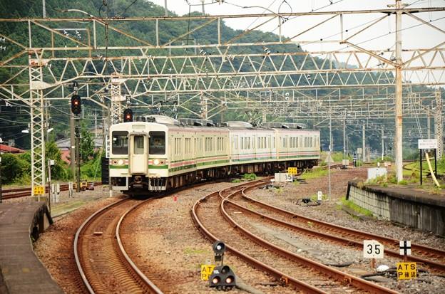 横川駅に入線する107系R14+R16編成145M