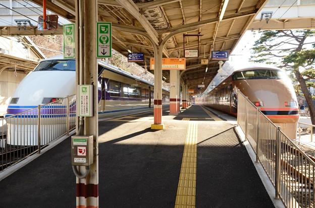 鬼怒川公園駅ホーム両側にスペーシア「雅」「日光詣」編成
