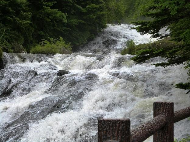 04-140719_激しい湯川の流れ(竜頭の滝上)