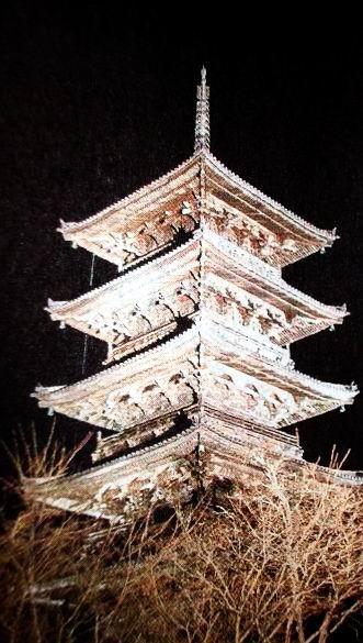 写真: 塔が浮き上がって